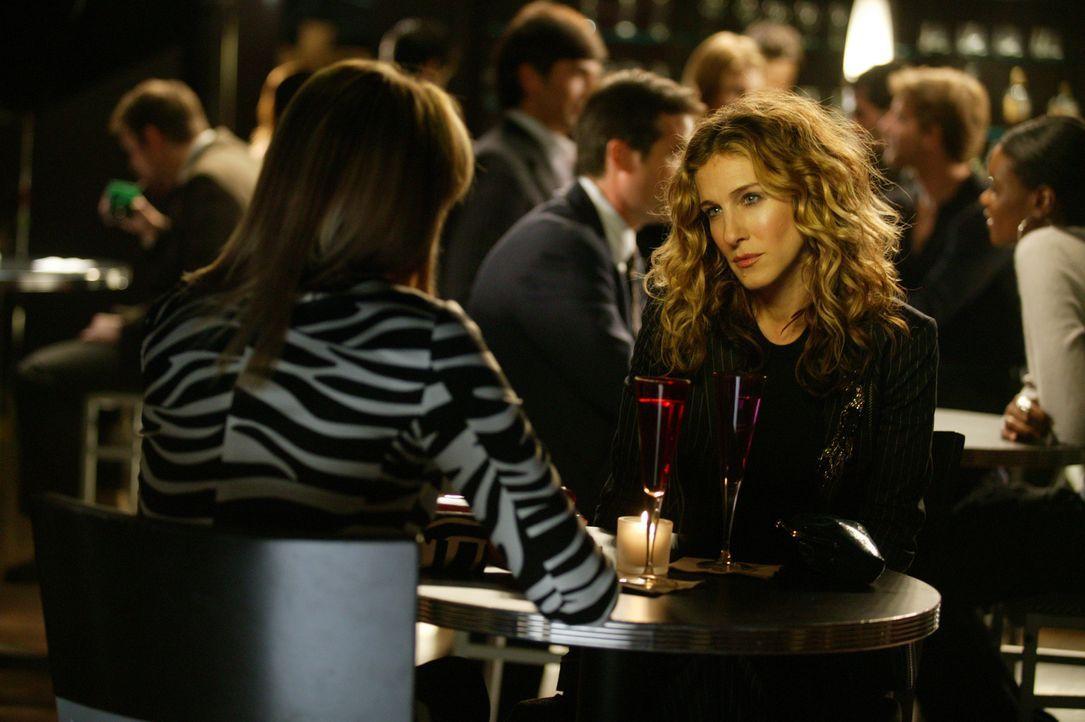 Nach der operativen Entfernung des Krebs-Knoten in Samanthas (Kim Cattrall, l.) Brust, lädt sie Carrie (Sarah Jessica Parker, r.) auf einen Cocktai... - Bildquelle: Paramount Pictures