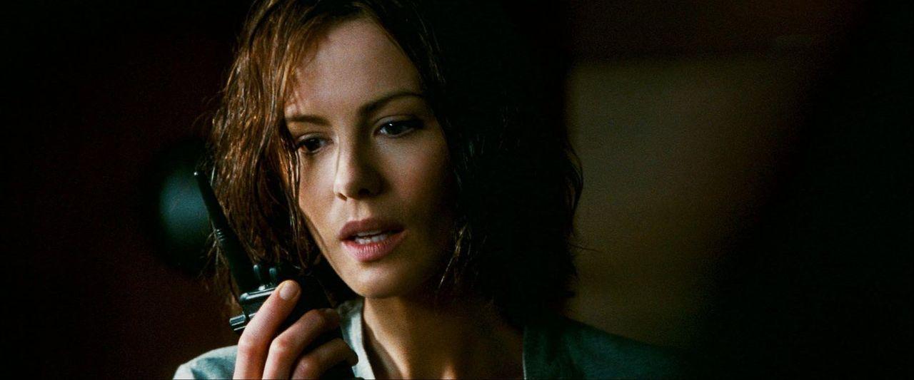 US-Marshall Carrie Stetko (Kate Beckinsale) erhält die Information, dass Delfy, einer der Piloten von der Amundsen-Scott-Südpolstation, bei einem Üb... - Bildquelle: Warner Bros.