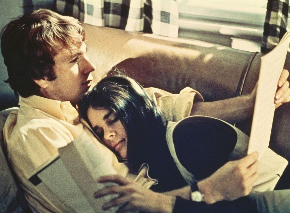Jennifer Cavalieri (Ali MacGraw, r.) und Oliver Barrett (Ryan O'Neal, l.) sind auch während der Vorbereitung auf ihre Prüfungen unzertrennlich ... - Bildquelle: Paramount Pictures