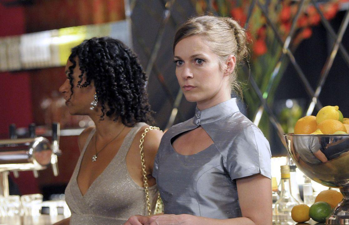 Rana (Sarah Masuch, l.) und Marie (Lisa Martinek, r.) nehmen einen Platz an der Bar ein. Rana erklärt Marie ihre Methode und schaut durch die Hotelb... - Bildquelle: Jacqueline Krause-Burberg Sat.1