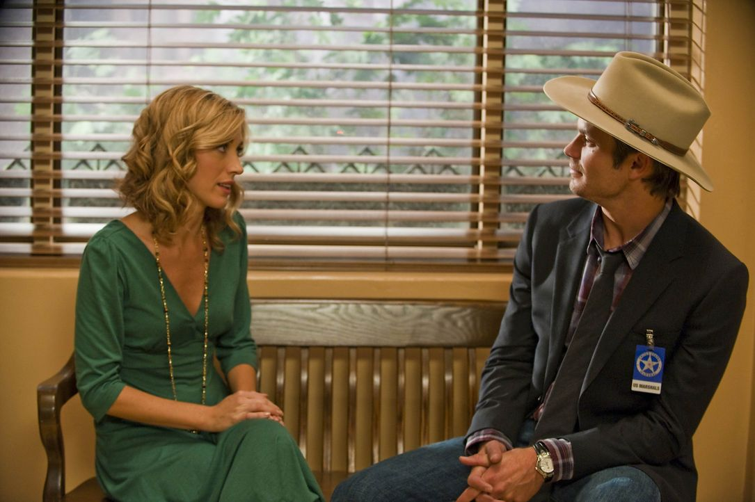 Kommt es zu einer Aussprache zwischen Winona Hawkins (Natalie Zea, l.) und Raylan Givens (Timothy Olyphant, r.)? - Bildquelle: 2010 Sony Pictures Television Inc. and Bluebush Productions, LLC. All Rights Reserved.