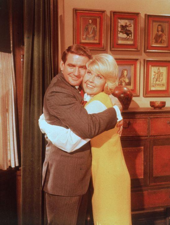 Ende gut, Alles gut: Janet (Doris Day, r.) und Mike (Rod Taylor, l.) ...