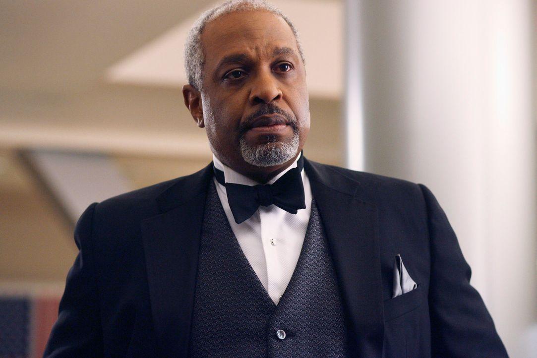 Chief Webber (James Pickens Jr.) droht dem Assistenzarzt, der Dennys Leben gefährdet hat, um ihn auf die Transplantationsliste zu bekommen, mit schw... - Bildquelle: Touchstone Television