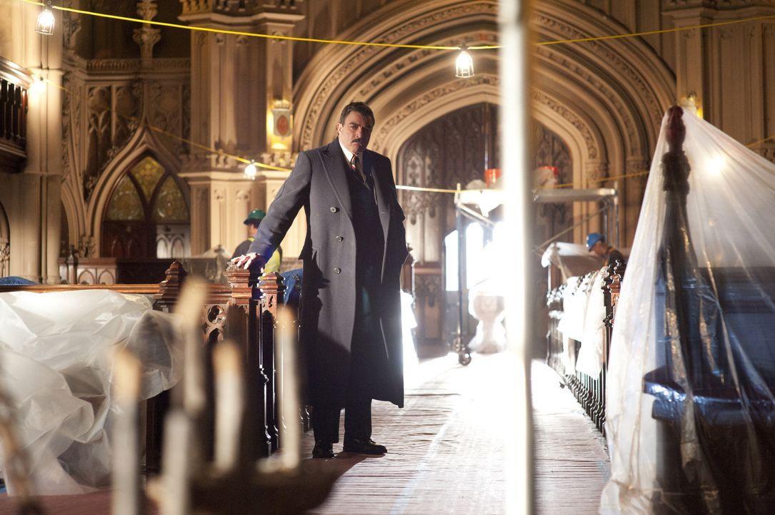 Als Frank (Tom Selleck) von der Heiligsprechung eines bekannten Priesters erfährt, stellt er Ermittlungen über dessen Tauglichkeit an. Dabei stößt e... - Bildquelle: 2011 CBS Broadcasting Inc. All Rights Reserved