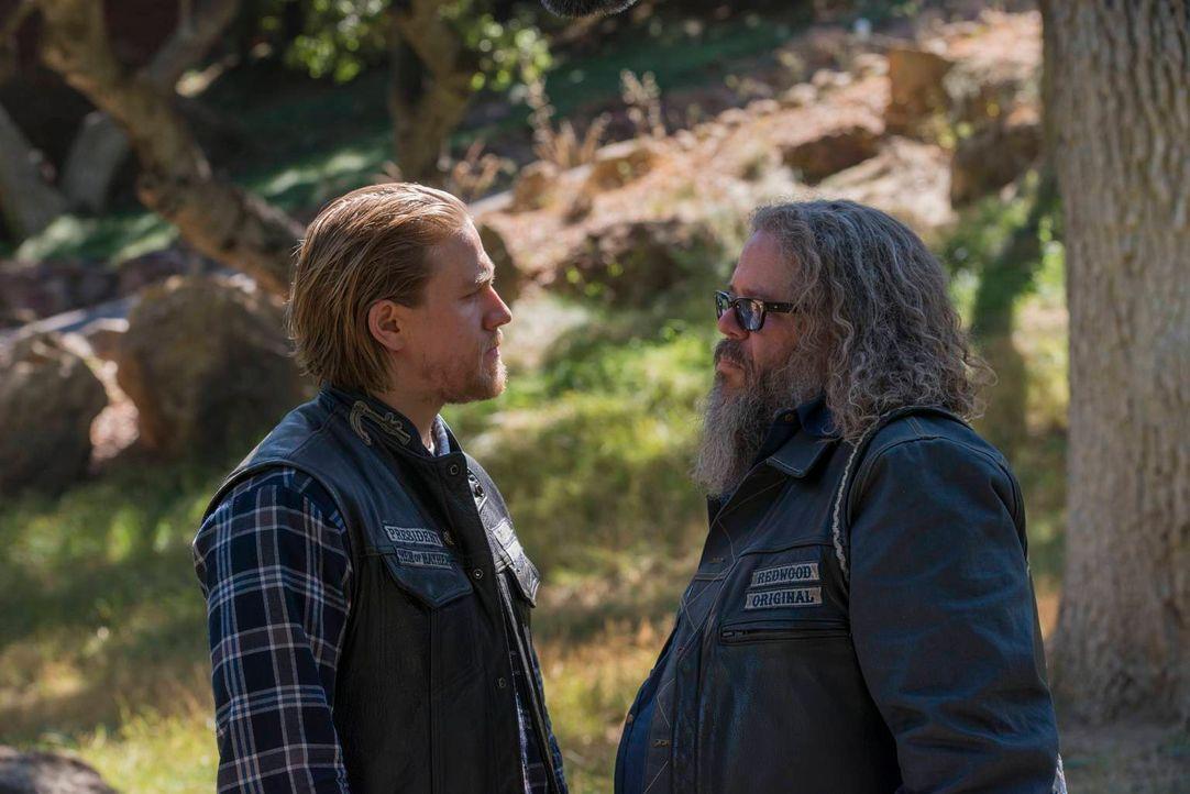 Bei einem Zusammentreffen mit Bobby (Mark Boone Junior, r.) findet Jax (Charlie Hunnam, l.) heraus, dass dieser neue Members für die Sons rekrutiert... - Bildquelle: 2013 Twentieth Century Fox Film Corporation and Bluebush Productions, LLC. All rights reserved.