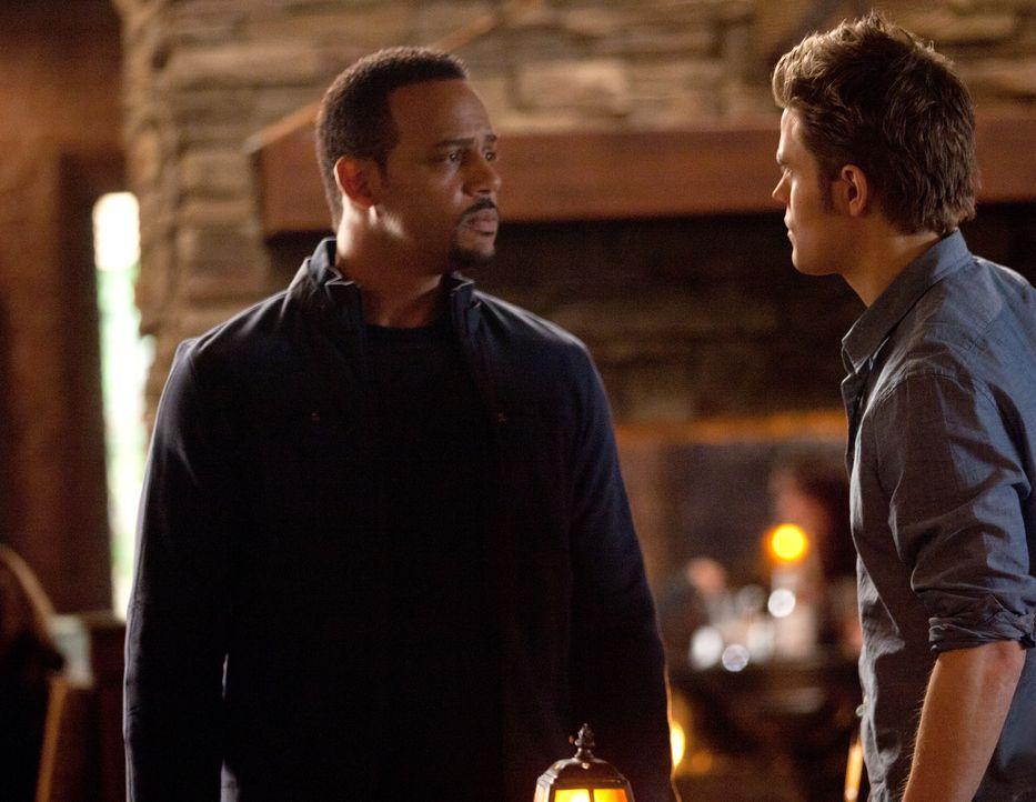 Stefan (Paul Wesley, r.) will den Hexenmeister Dr. Jonas Martin (Randy J. Goodwin, l.) dazu überreden, ihm zu helfen, Elijah wieder zum Leben zu erw... - Bildquelle: Warner Brothers