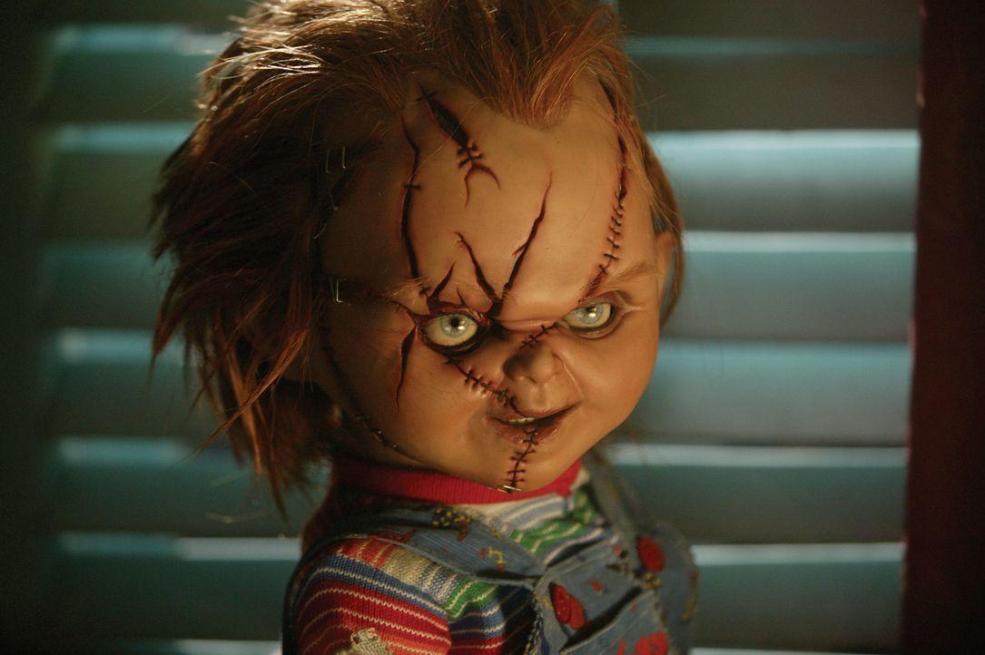 Kaum wieder unter den Lebenden, beginnt Chucky auch schon gleich ein blutiges Massaker an den Schauspielern, die gerade einen Film über ihn und sein... - Bildquelle: Constantin Film