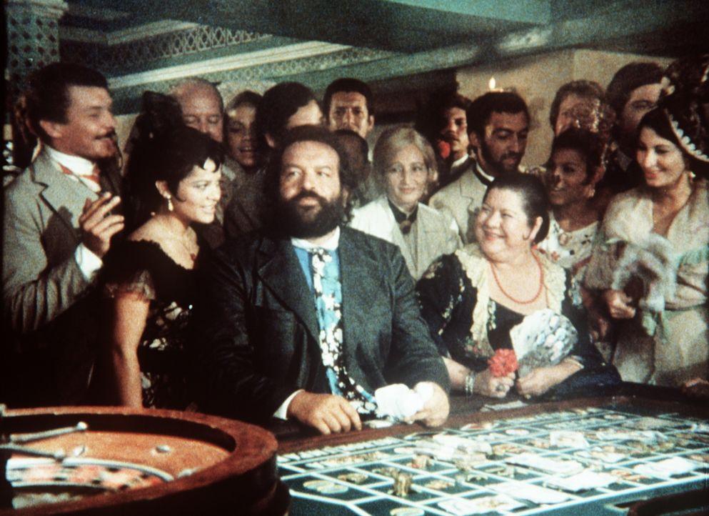 Als der Gouverneur von Maracaibo den beiden Padres J. und Pedro (Bud Spencer, M.) ihr Boot samt Ladung verbrennen lässt, gleichen sie den Schaden a... - Bildquelle: Tobis Filmkunst