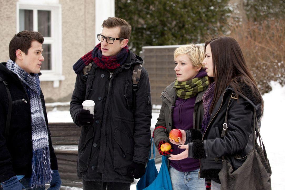 Timo (Rocco Stark, l.) teilt seinen Freunden Luzi (Selina Müller, r.), Emma (Kasia Borek, 2.v.r.) und Hotte (Dennis Schigiol, 2.v.l.) der AG S.T. m... - Bildquelle: SAT.1