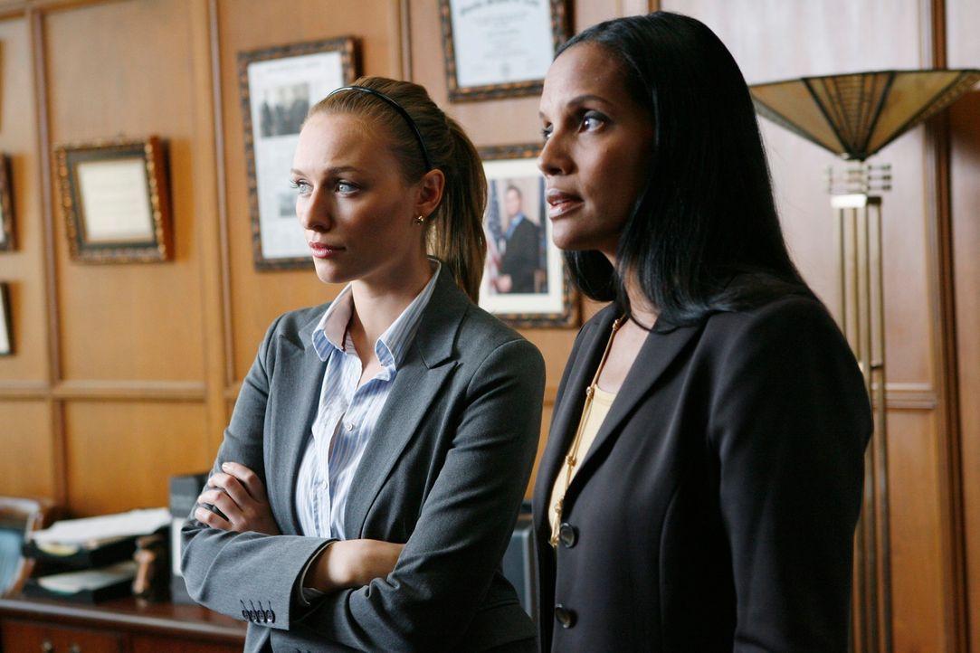 Haben die beiden Sekretärinnen Nicole Cameron (Shari Headley, r.) und Scarlett Price (Michaela McManus, l.) einen Hinweis auf den Mörder von ihrem C... - Bildquelle: ABC Studios