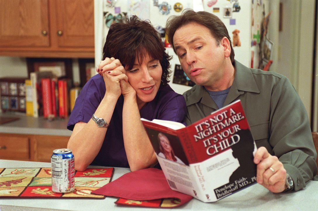 Mit Hilfe eines Elternratgeber-Buches versucht Paul (John Ritter, r.), mit seinen Töchtern besser fertig zu werden ... - Bildquelle: ABC, Inc.