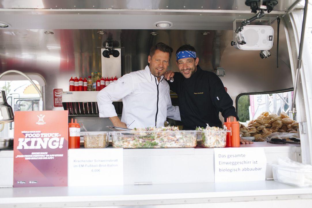 """Wie werden sich die beiden Starköche Mike Süßer (l.) und Martin Baudrexel (r.) auf dem """"kabel eins Food Truck Festival"""" in München bei ihrem ersten... - Bildquelle: Stefan Hobmaier kabel eins"""