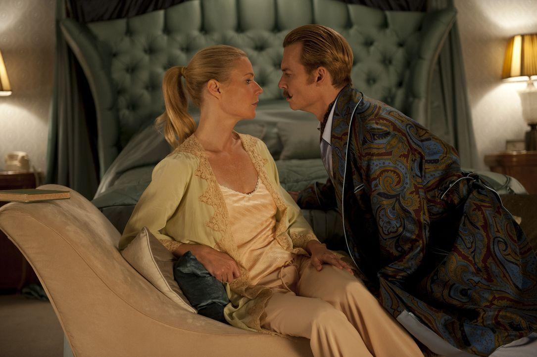 Nicht nur die Geldsorgen, sondern auch Mortdecais (Johnny Depp, r.) neuer Schnurbart sorgen für Probleme zwischen Mortdecai und seiner Frau Johanna... - Bildquelle: 2014 LIONS GATE ENTERTAINMENT INC. ALL RIGHTS RESERVED.