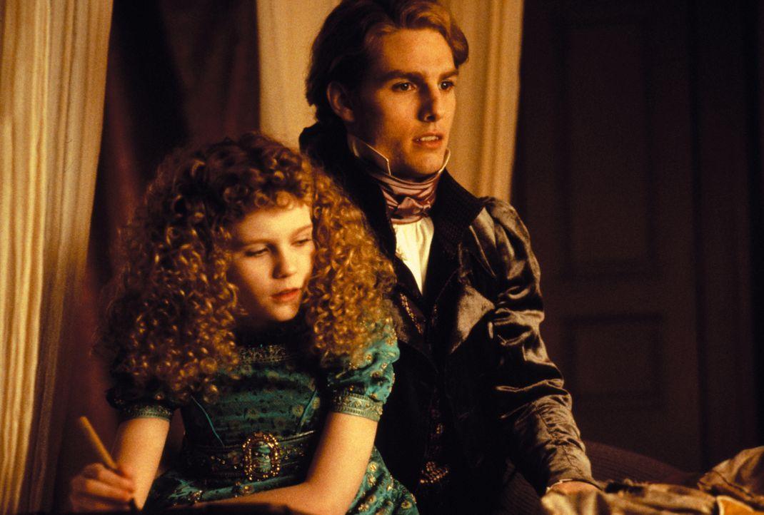 Bindet die Kindfrau Claudia (Kirsten Dunst, l.) mit einem Biss an sich: Lestat (Tom Cruise, r.) ... - Bildquelle: Warner Bros.