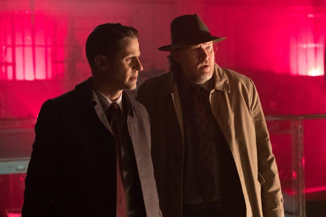 Als Gordon (Ben McKenzie, l.) beauftragt wird, den Test einer Bombe zu beaufsichtigen, will er verhindern, dass Unbeteiligte in Gefahr geraten. Wird... - Bildquelle: Warner Brothers