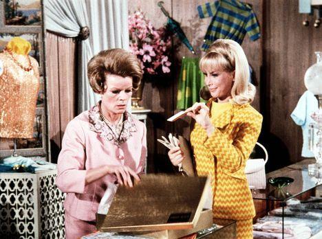 Bezaubernde Jeannie - Jeannie (Barbara Eden, r.) erzählt beim Kauf eines Klei...