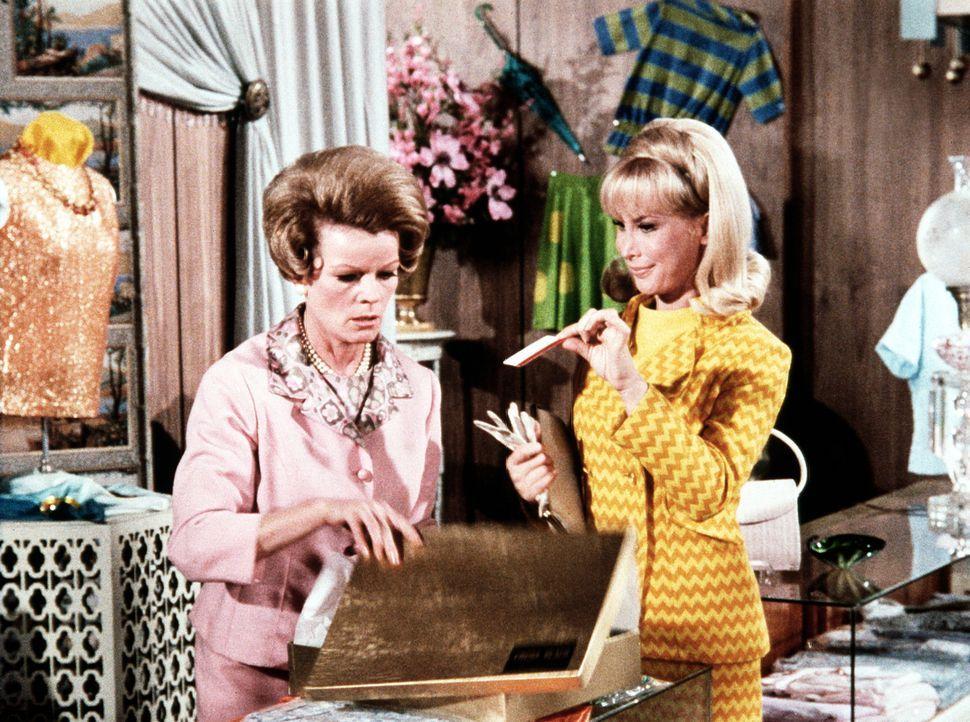Jeannie (Barbara Eden, r.) erzählt beim Kauf eines Kleides für Rogers 'Mod Party' der Verkäuferin von dem bevorstehenden Ereignis. - Bildquelle: Columbia Pictures