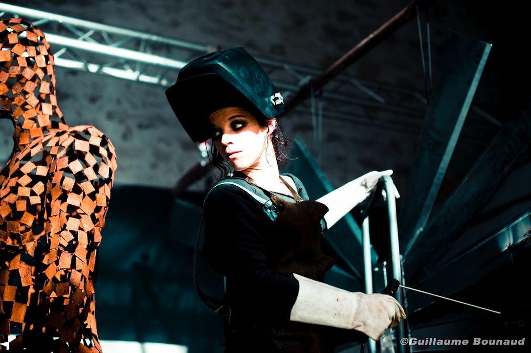 Bei ihren Ermittlungen stößt Chloé auf die Künstlerin Adèle Delettre (Juliette Roudet). Hat sie etwas mit den seltsamen Morden zu tun? - Bildquelle: Guillaume Bounaud 2012 BEAUBOURG AUDIOVISUEL