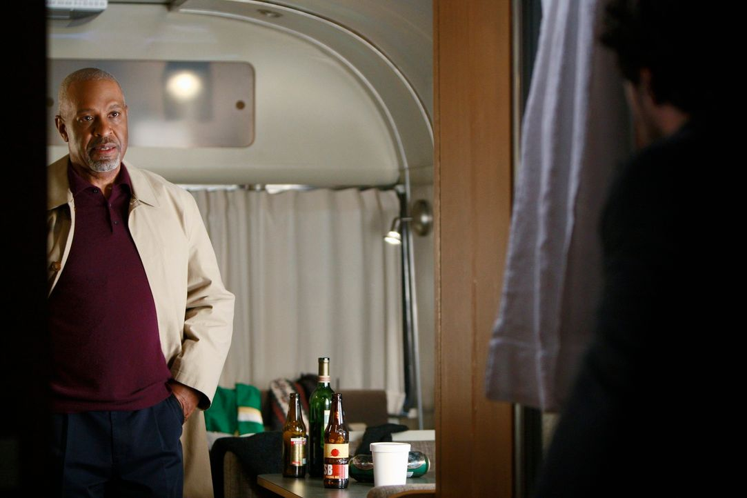 Derek (Patrick Dempsey, r.) ist nach wie vor in seinem Wohnwagen und weigert sich, zurück ins  Krankenhaus zu kommen. Richard (James Pickens Jr., l... - Bildquelle: Touchstone Television