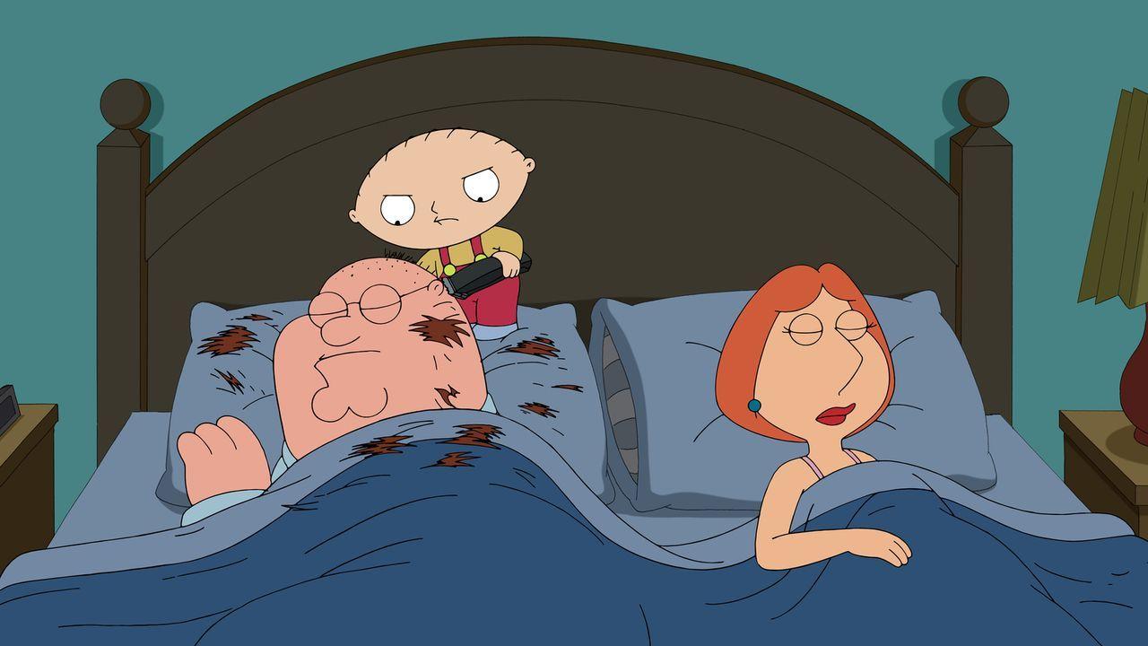 Stewie (M.) macht es seinen Eltern Lois (r.) und Peter (l.) nicht leicht ... - Bildquelle: 2014 Twentieth Century Fox Film Corporation. All rights reserved.
