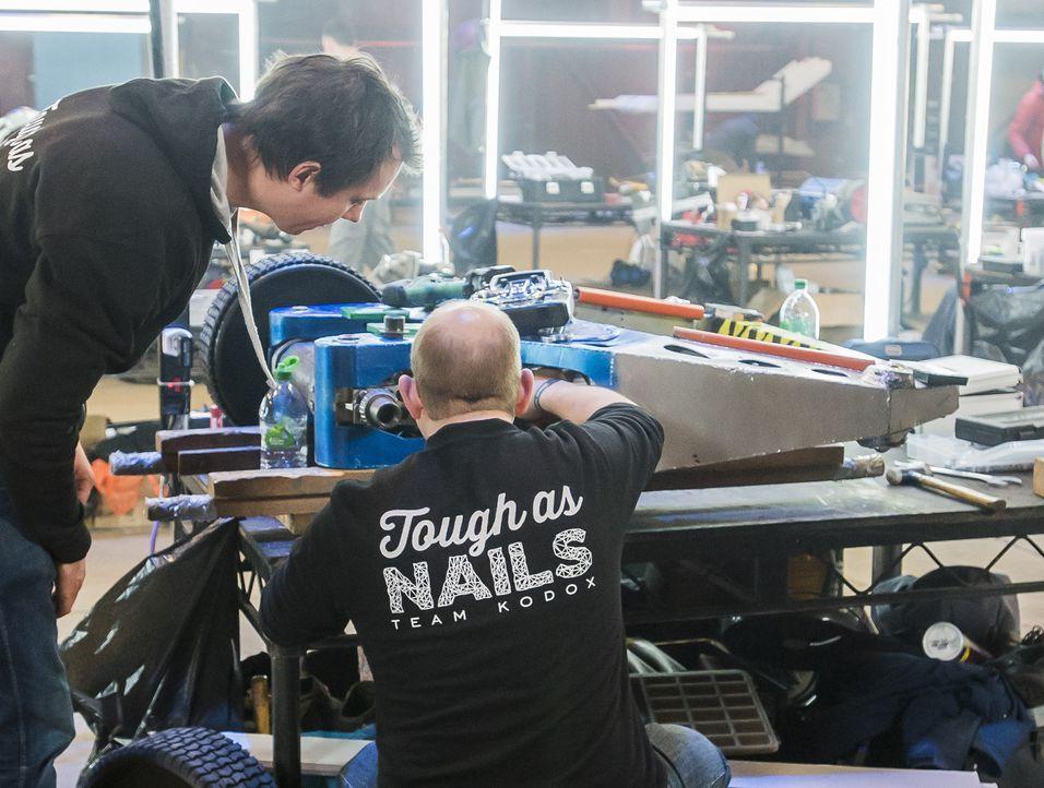 Letzte Arbeiten an ihrem selbst gebauten Roboter: Team Tough as Nails. Wird ihr Roboter es schaffen, die Maschinen der anderen Teilnehmer zu demolie... - Bildquelle: Alan Peebles