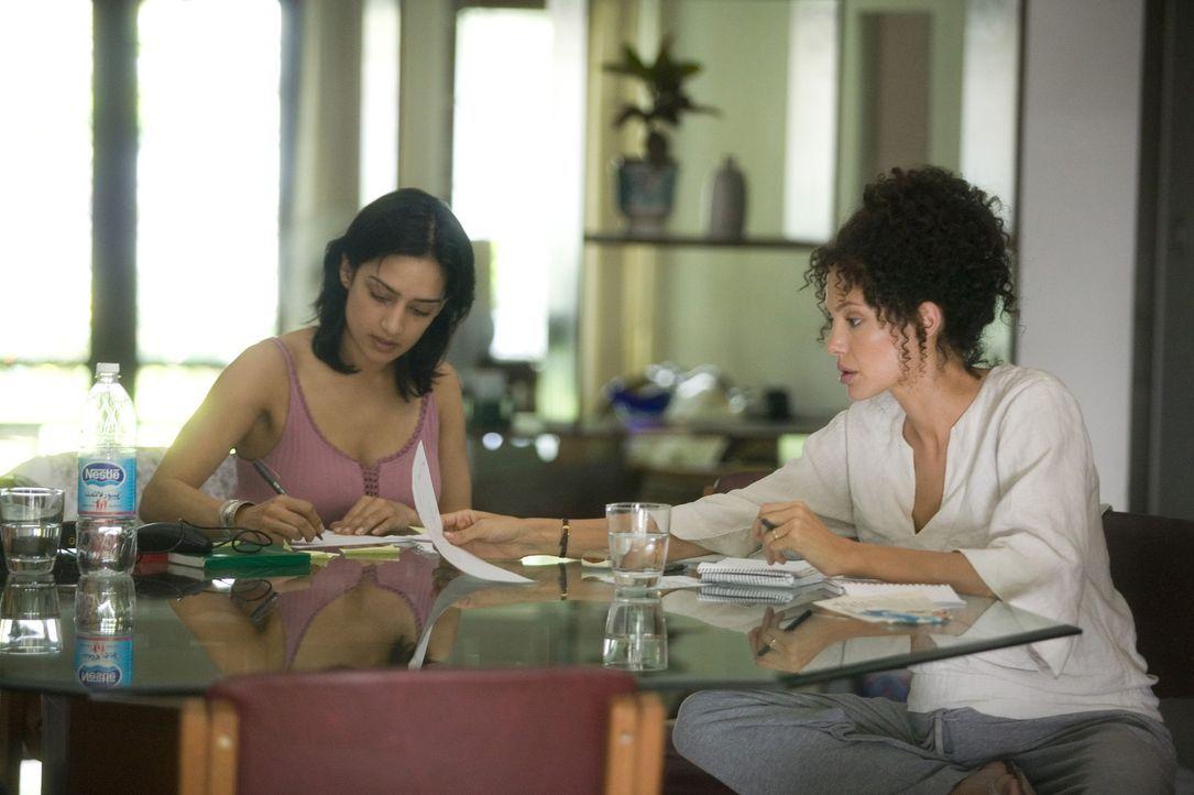 Asra (Archie Panjabi, l.) unterstützt die hochschwangere Mariane Pearl (Angelina Jolie, r.) bei der Suche nach ihrem Mann, der offensichtlich entf - Bildquelle: 2012 BY PARAMOUNT VANTAGE, A DIVISION OF PARAMOUNT PICTURES. ALL RIGHTS RESERVED