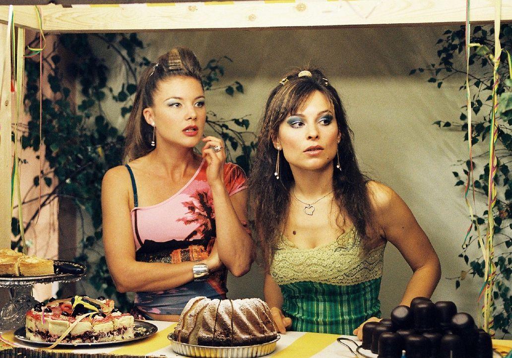 Jessica (Cordelia Wege, l.) und Lilly (Mina Tander, r.) trauen ihren Augen nicht: Auf der Tanzfläche beim Feuerwehrball schmust Lillys Verlobter Ri... - Bildquelle: Sat.1