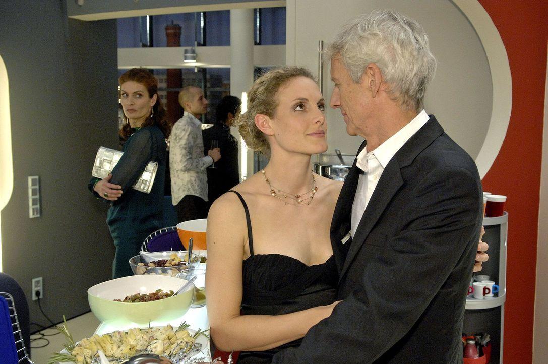Natascha (Franziska Matthus, l.) trifft es, Robert (Mathieu Carrière, r.) und Maja (Barbara Lanz, M.) auf der Weihnachtsfeier turteln zu sehen. - Bildquelle: Claudius Pflug Sat.1
