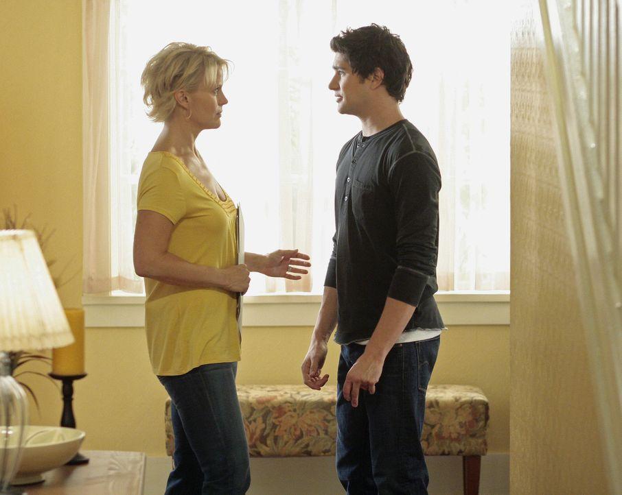 Kyle (Matt Dallas, r.) hält noch immer Amanda in seinem Zimmer versteckt und ist sehr darauf bedacht, dass Nicole (Marguerite MacIntyre, l.) nichts... - Bildquelle: TOUCHSTONE TELEVISION