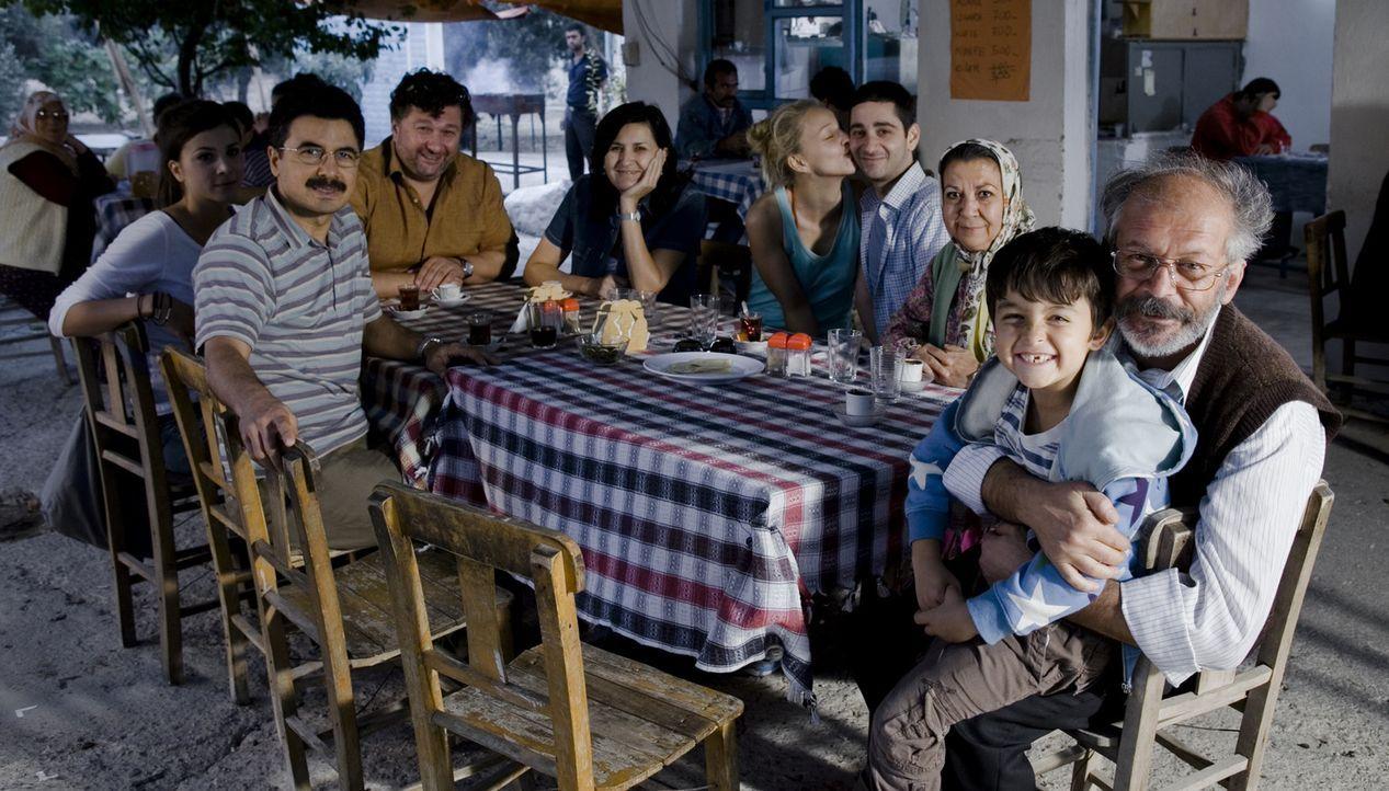 Für Familie Yilmaz beginnt eine Reise voller Erinnerungen, Streitereien und Versöhnungen - bis der Familienausflug eine unerwartete Wendung nimmt.... - Bildquelle: 2011 ROXY FILM GMBH