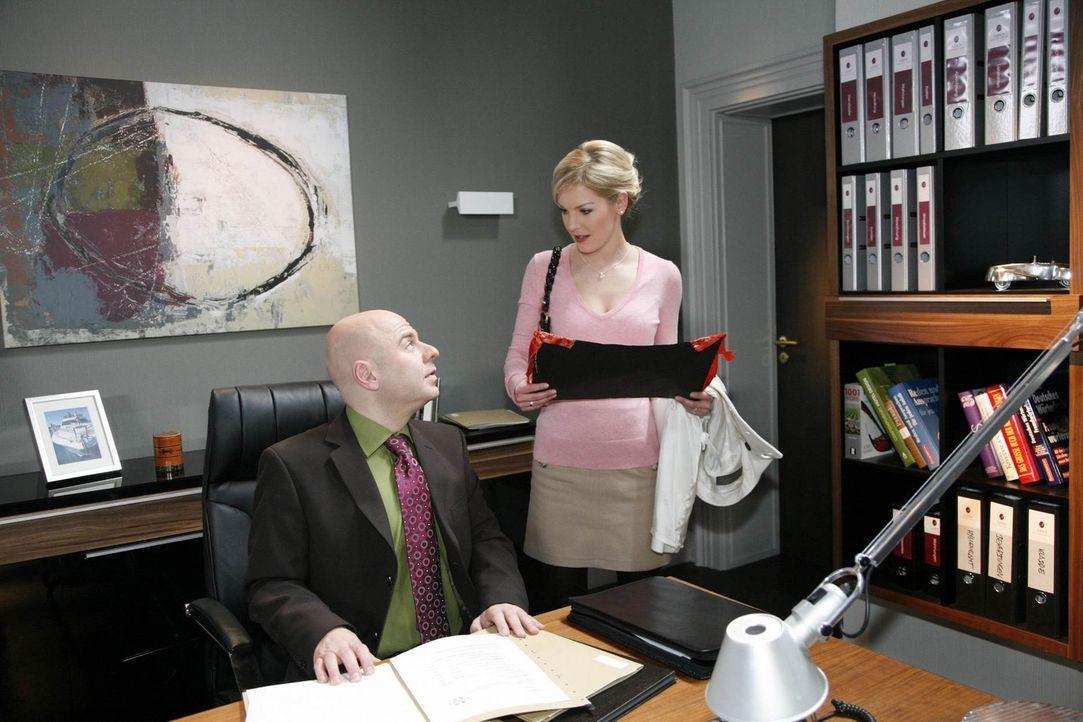 Als Alexandra (Ivonne Schönherr, r.) von Oliver (Prodromos Antoniadis, l.) erfährt, dass Marks Blessur von Manus Freund stammt, ist sie entsetzt ... - Bildquelle: SAT.1