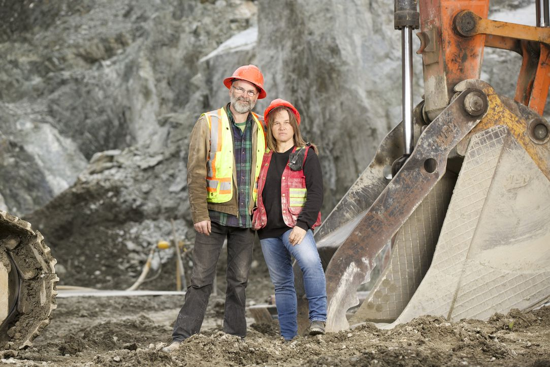 Sie sind die Chefs der Jade Mine in dem 35-Seelen-Dorf Jade City im Norden von British Columbia: Claudia (r.) und ihr Mann Robin Bunce (l.) ... - Bildquelle: Michael J.P. Hall