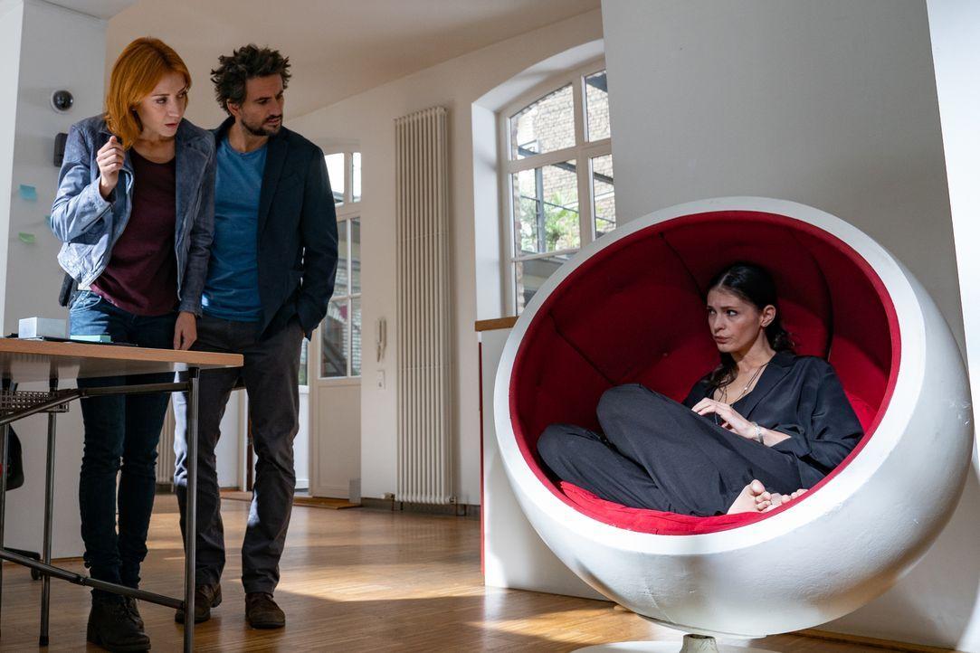 "(v.l.n.r.) Elena Lange (Annika Ernst); Felix ""Einstein"" Winterberg (Tom Beck); Marina Karamann (Claudia Gäbel) - Bildquelle: Wolfgang Ennenbach SAT.1/Wolfgang Ennenbach"