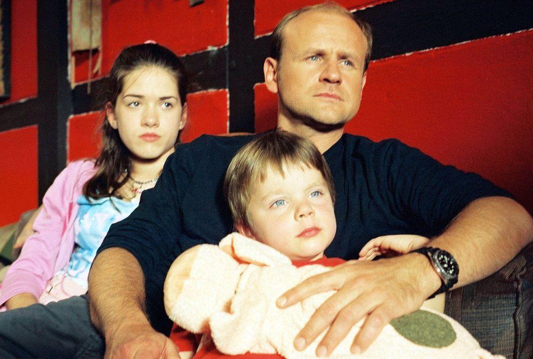 Flora (Karoline Eckertz, l.), Stefan (Oliver Stokowski, r.) und Linus (Florian Nolte, M.) schauen sich die auf Video gedrehten Urlaubsgrüße ihrer Mu... - Bildquelle: Sat.1