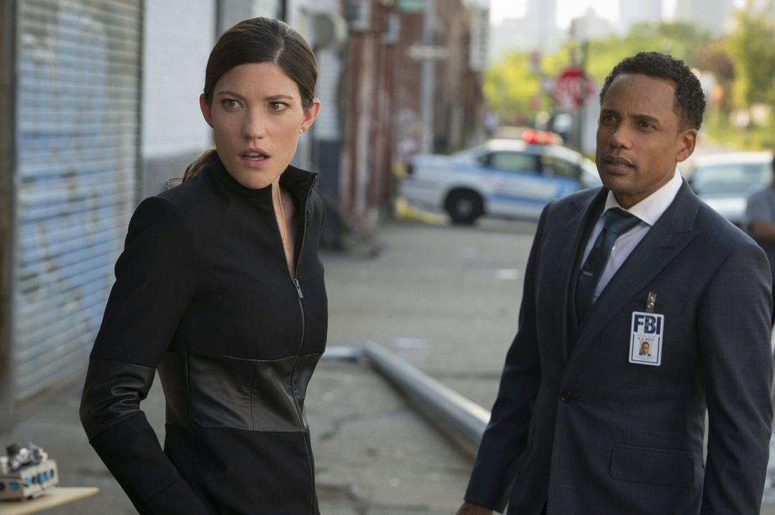 Sind überrascht, als sie Brian am Tatort sehen: Boyle (Hill Harper, r.) und Rebecca (Jennifer Carpenter, l.) ... - Bildquelle: Michael Parmelee 2015 CBS Broadcasting, Inc. All Rights Reserved