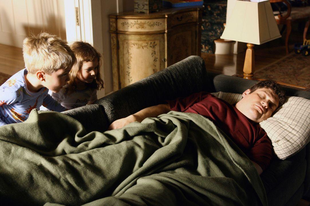 Owens (Brad William Henke, r.) Kinder Connor (Bryce Robinson, l.) und Caitlin (Destiny Whitlock, M.) sind froh ihren Vater wieder bei sich zuhause z... - Bildquelle: ABC Studios