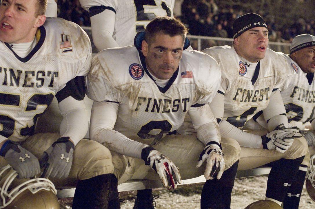 Während eines Footballspiels zwischen einer Polizei- und Feuerwehrmannschaft, an dem auch Mitglieder der Familie Tierney (Colin Farrell, M.) teilneh... - Bildquelle: 2008   Warner Brothers