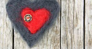 Filzen können Sie auch zwei Herzen ineinander – Mutti wird Augen machen.