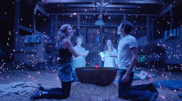 Under the Dome - Erleben einen ganz besonderen Moment: Angie (Britt Robertson...