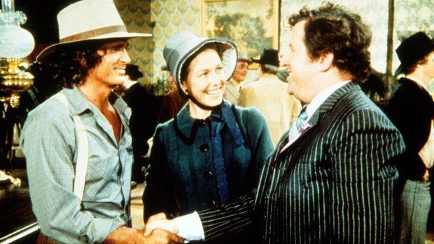 Arnie Cupps (James Gallery, r.) begrüßt seine früheren Mitschüler Caroline (K...
