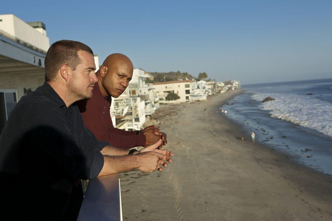 Ein neuer Fall bereitet ihnen Kopfzerbrechen: Callen (Chris O'Donnell, l.) und Hanna (LL Cool J, r.) ... - Bildquelle: CBS Studios Inc. All Rights Reserved.