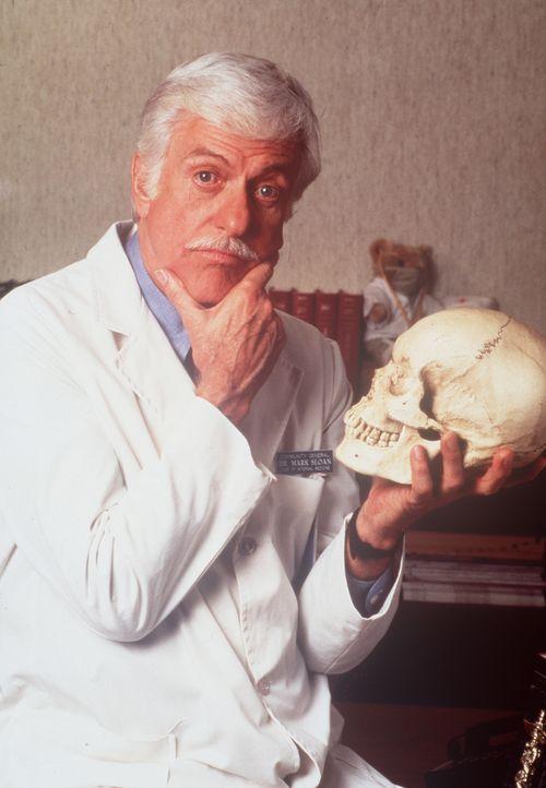 Dr. Sloan (Dick Van Dyke) grübelnd vor dem Schädel eines Menschen. - Bildquelle: Viacom