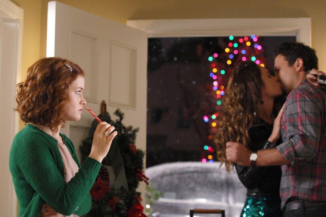 Als Tessa (Jane Levy, l.) zufällig mitbekommt, wie George (Jeremy Sisto, r.) mit seiner Freundin Zoe (Gloria Votsis, M.) über Skype Schluss macht,... - Bildquelle: Warner Bros. Television