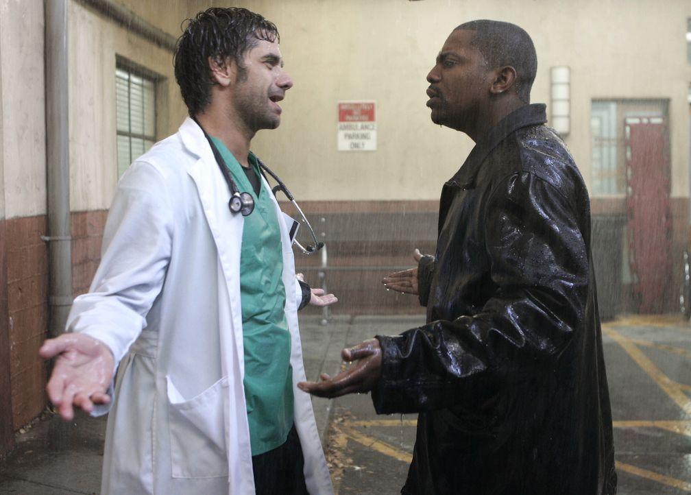 Die Spannungen zwischen Gates (John Stamos, l.) und Pratt (Mekhi Phifer, r.) nehmen zu - mit fatalen Folgen ... - Bildquelle: Warner Bros. Television