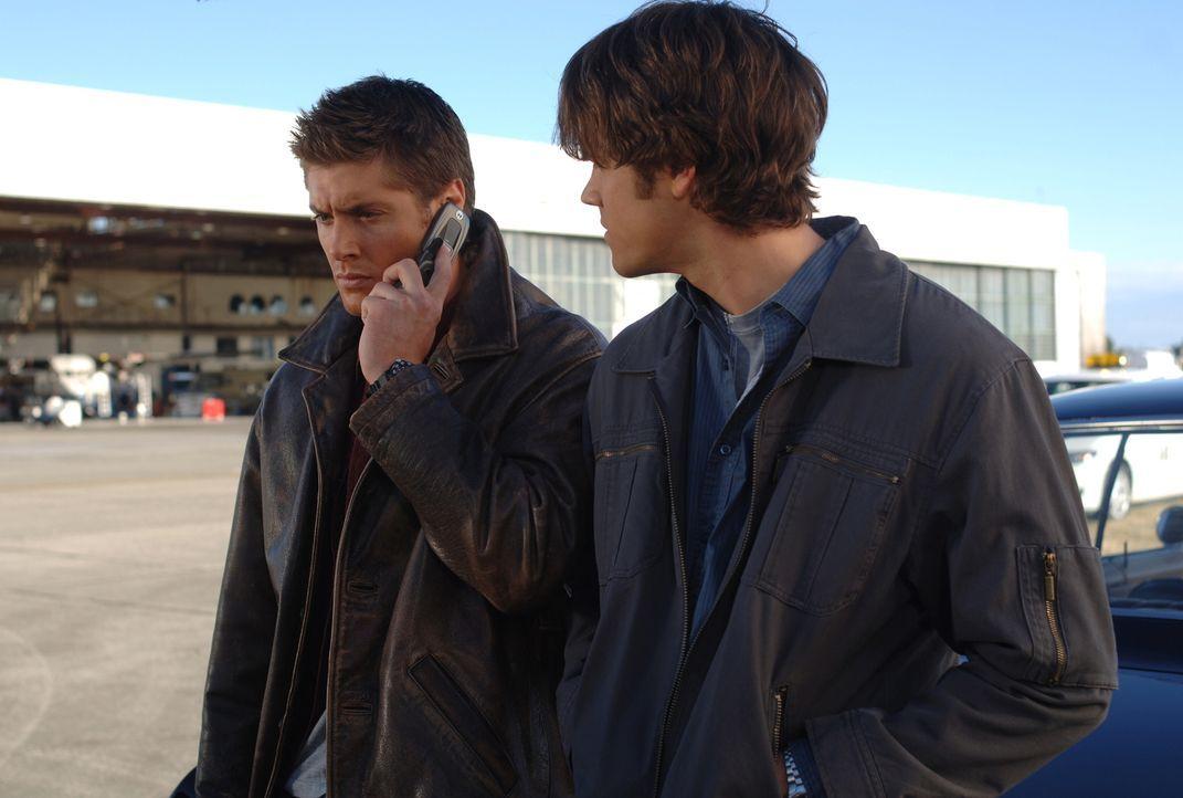 Für Sam (Jared Padalecki, r.) und Dean (Jensen Ackles, l.) beginnt eine Jagd nach einem Dämon, welcher gnadenlos tötet ... - Bildquelle: Warner Bros. Television