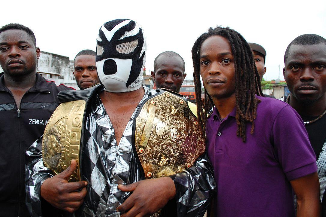 In der demokratische Republik Kongo taucht Seyi Rhodes (2.v.r.) in die außergewöhnliche Welt des professionellen Wrestlings ein. Ein ganz besonderes... - Bildquelle: Quicksilver Media 2012