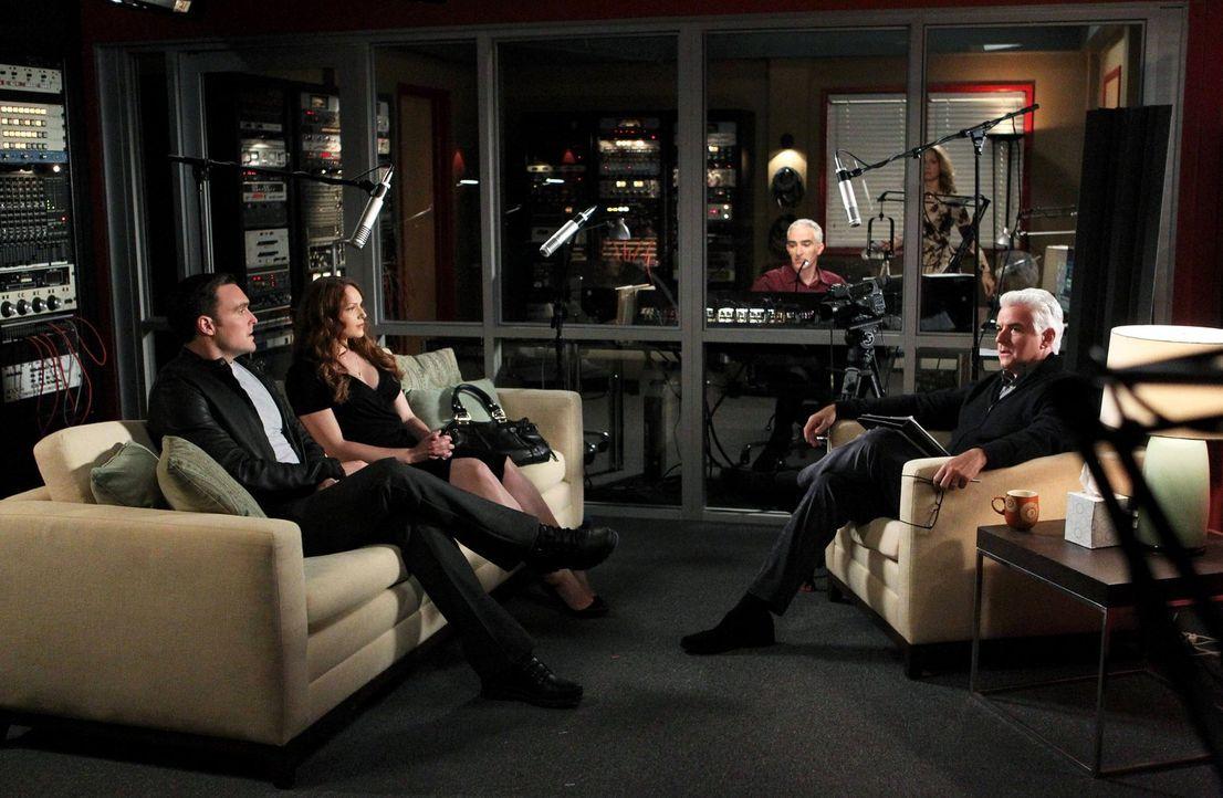 Um einen Mord aufzudecken, gehen Rigsby (Owain Yeoman, l.) und Van Pelt (Amanda Righetti, 2.v.l.) undercover als Paar mit Beziehungsproblemen zu Rad... - Bildquelle: Warner Bros. Television
