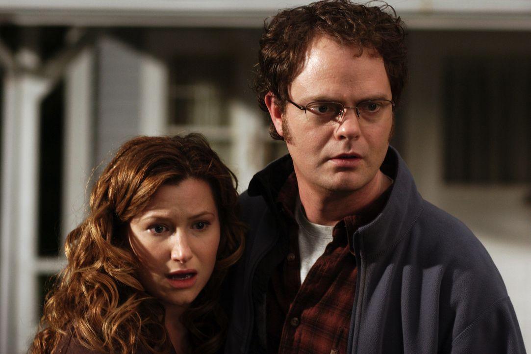 Sind in großer Sorge: Naomi Schwartz (Kathryn Hahn, l.) und Larry White (Rainn Wilson, r.) ... - Bildquelle: Warner Brothers