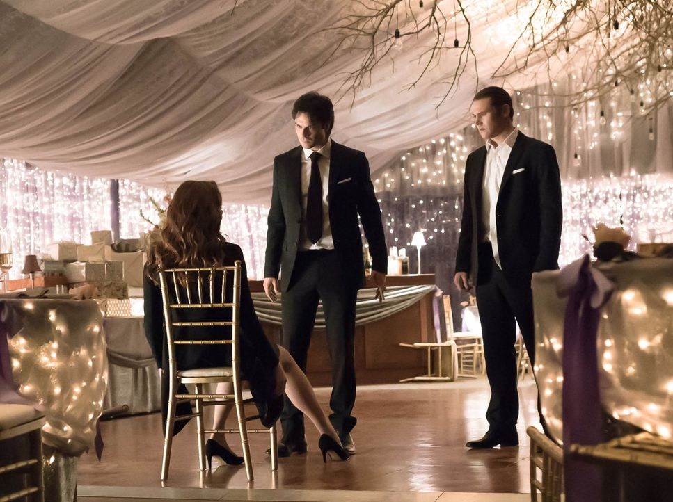 Erkennen Damon (Ian Somerhalder, M.), Matt (Zach Roerig, r.) und die anderen zu spät, was Katherines Pläne und wer ihre Unterstützer sind? - Bildquelle: Warner Bros. Entertainment, Inc.