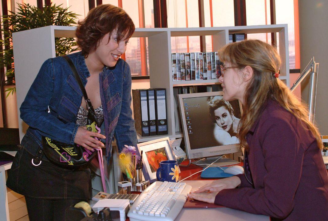 Die arbeitslose Yvonne (Bärbel Schleker, l.) taucht überraschend an Lisas (Alexandra Neldel, r.) Arbeitsplatz auf und bittet sie, ihr zu helfen, b... - Bildquelle: Sat.1